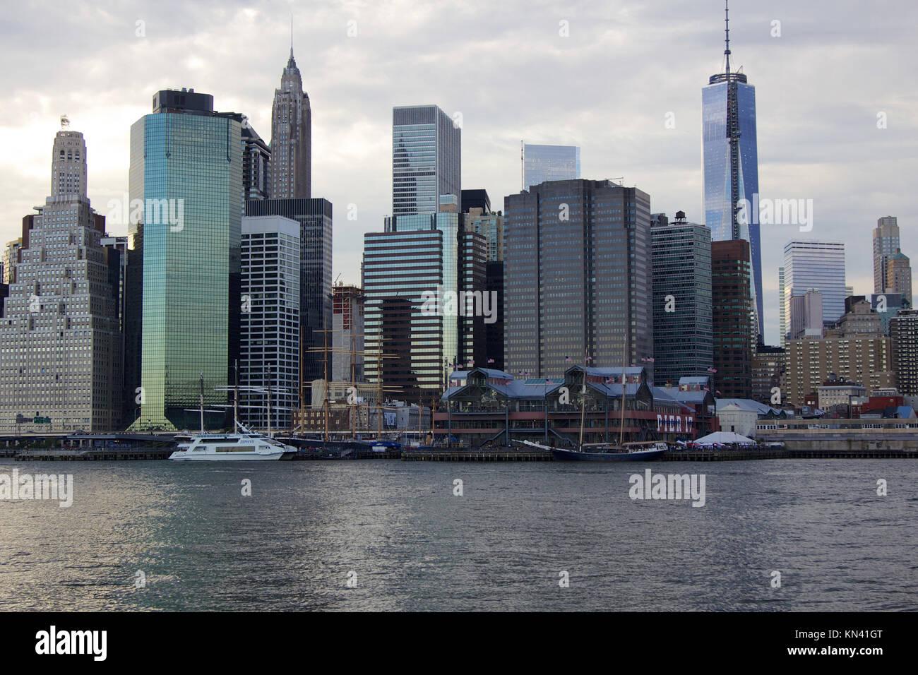 Navi storiche a South Street Seaport nel centro cittadino di Manhattan insieme contro la sera nuvole come si vede Immagini Stock