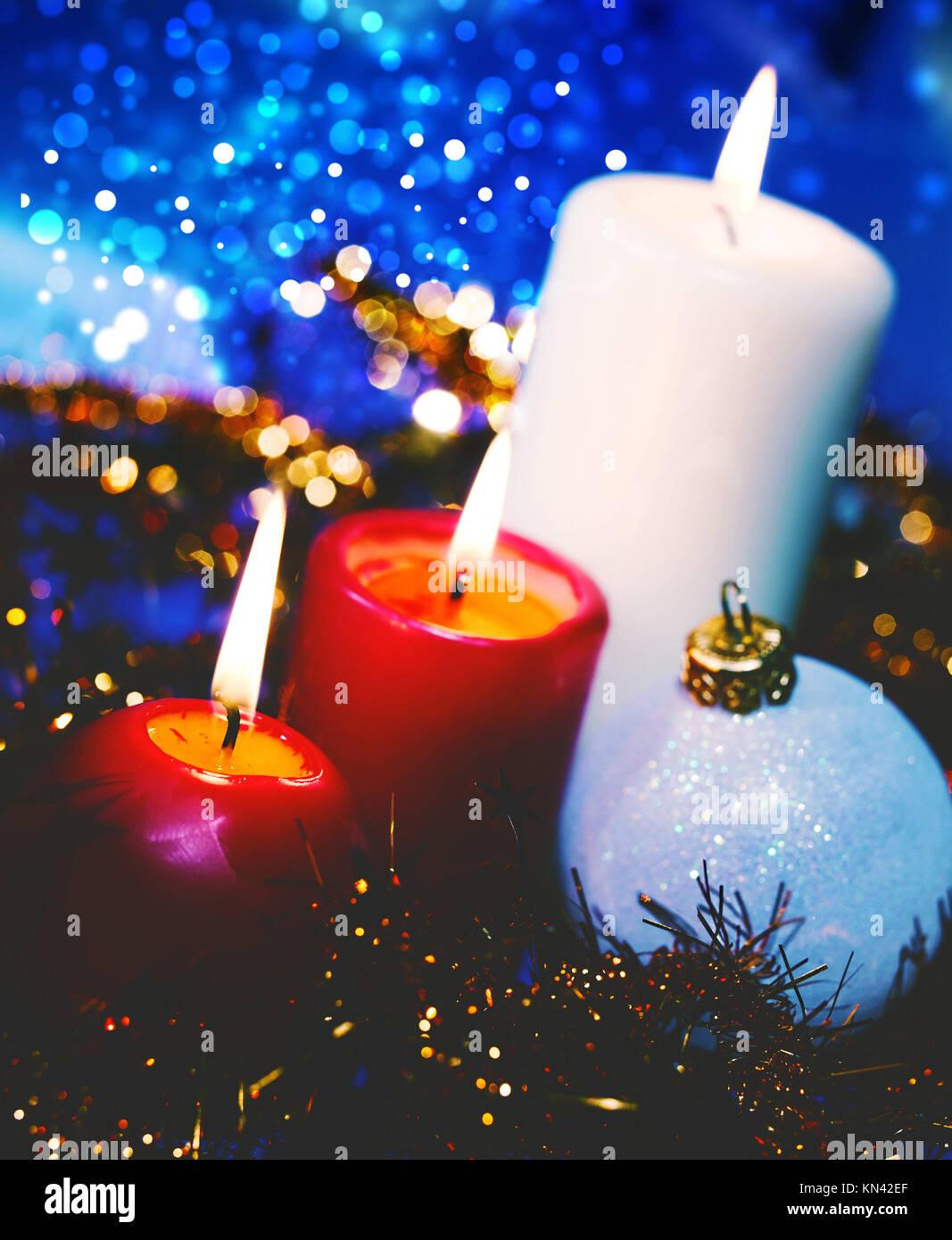 Gli sfondi di Natale con le candele e la ghirlanda Immagini Stock