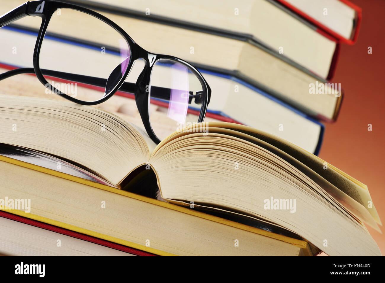 Composizione con gli occhiali e i libri sul tavolo. Immagini Stock