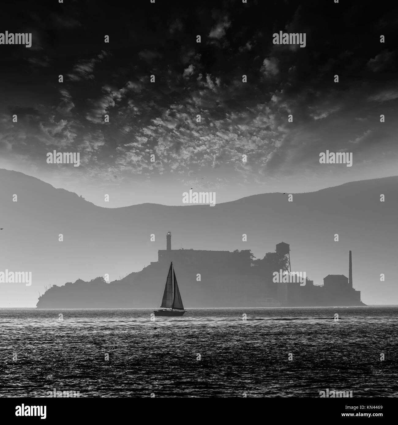 Isola di Alcatraz penitenzieria al tramonto la retroilluminazione in barca a vela in San Francisco California USA. Immagini Stock