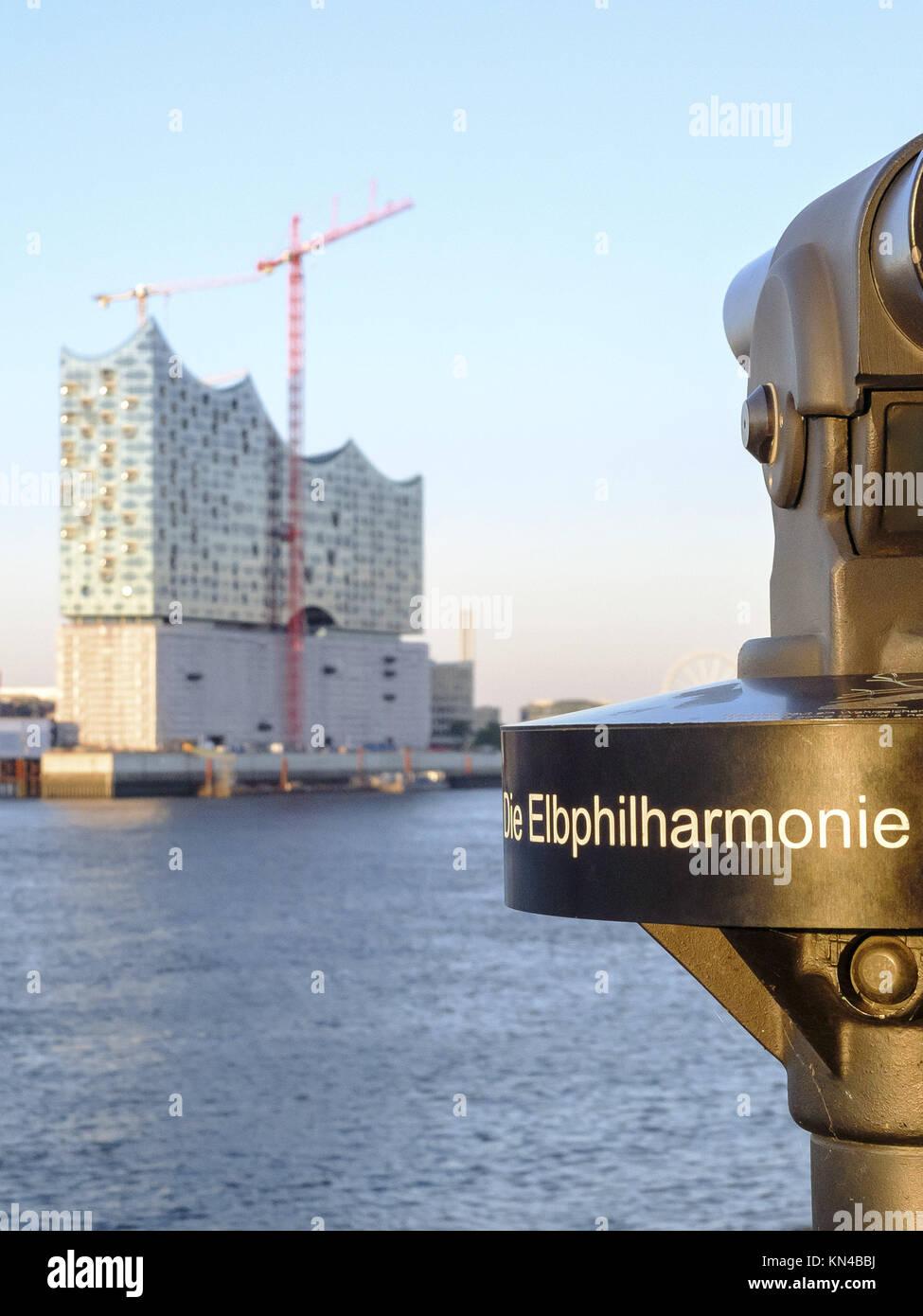 Elbphilharmonie (Elbe Philharmonic building) costruzione attraverso il fiume Elba ad Amburgo, in Germania. Immagini Stock