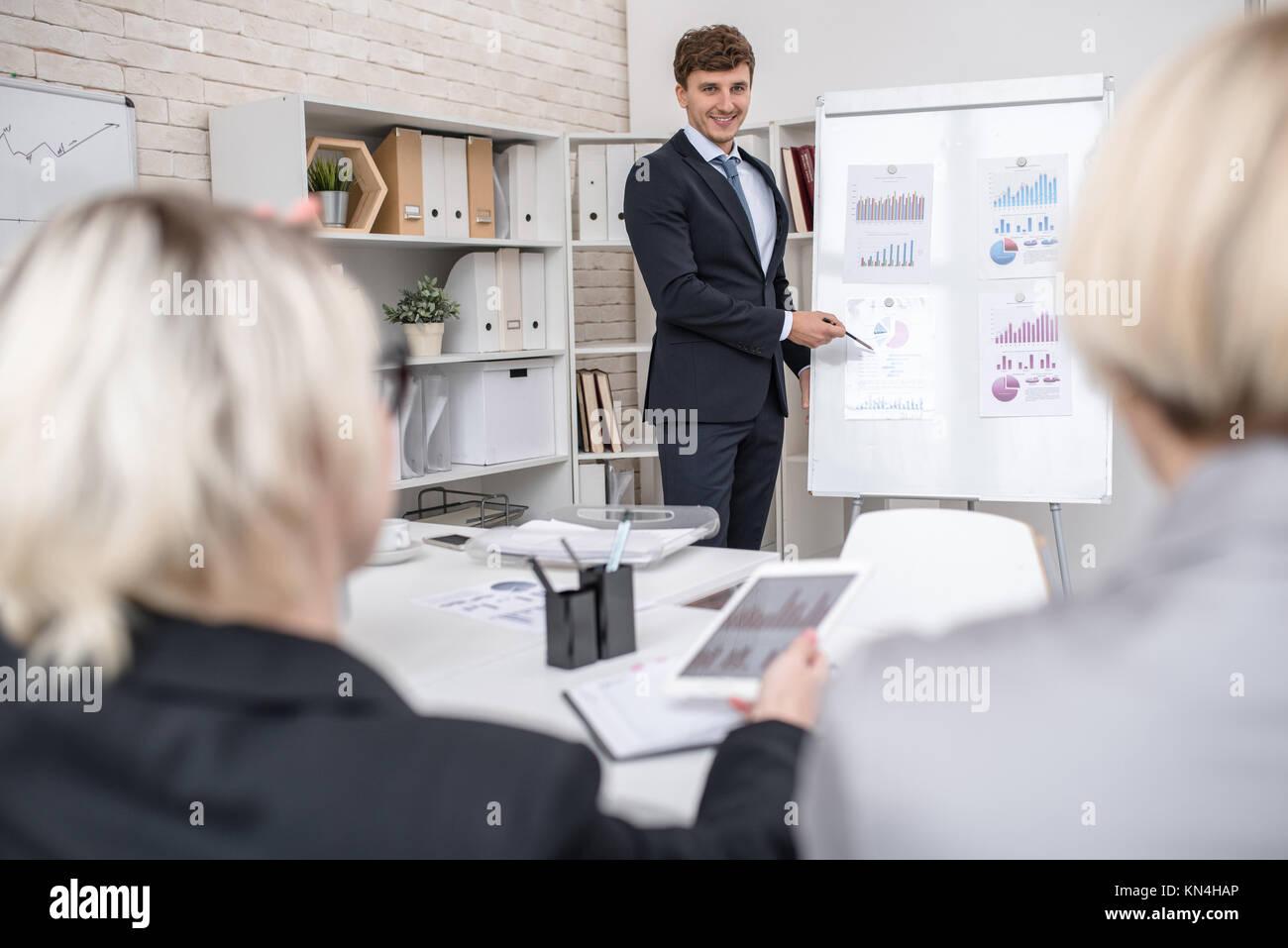 Giovane uomo Presentazione progetto in ufficio Immagini Stock
