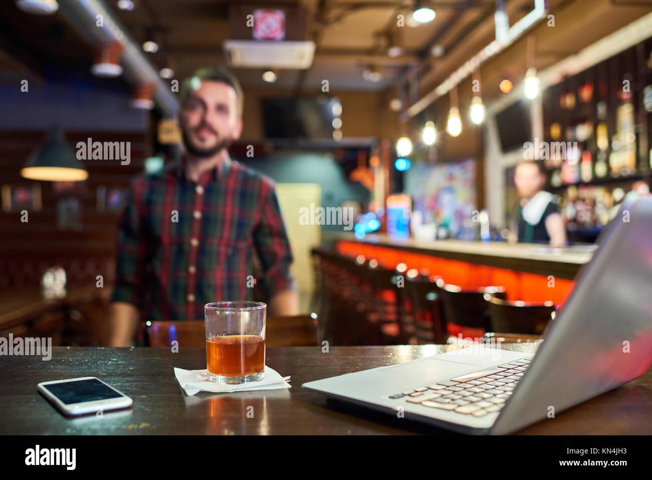 Giovane uomo che lavora in bar Immagini Stock