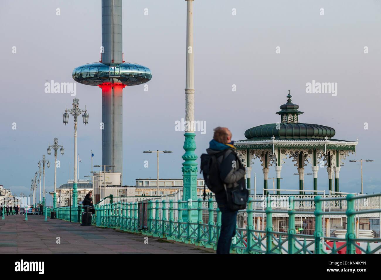 Serata sul lungomare di Brighton, Regno Unito. Victorian bandstand e i360 torre in distanza. Immagini Stock