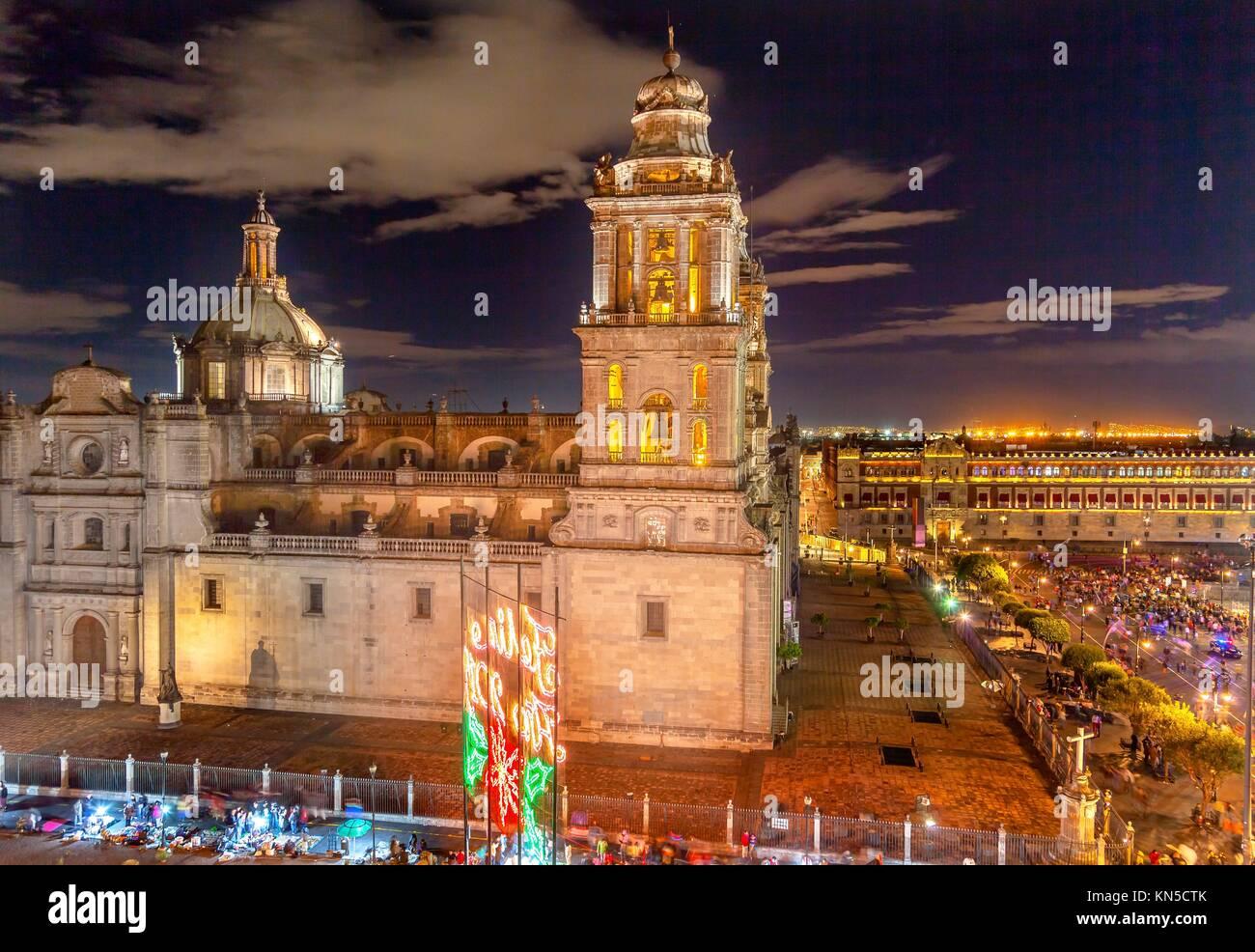 Cattedrale Metropolitana e il Palazzo del Presidente in Zocalo, centro di Città del Messico, a notte. Immagini Stock