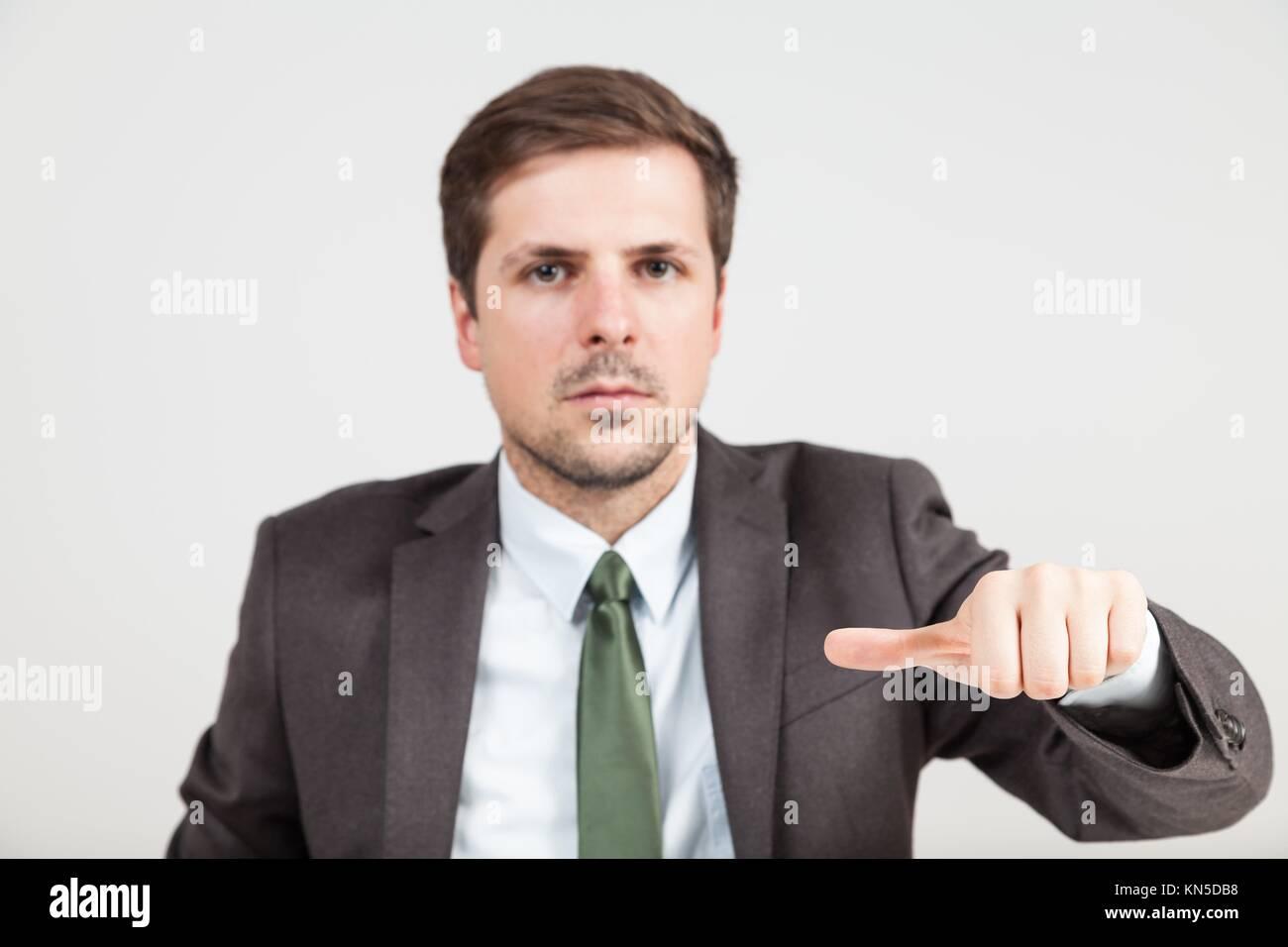 Mani di imprenditore con thump nel mezzo. Immagini Stock