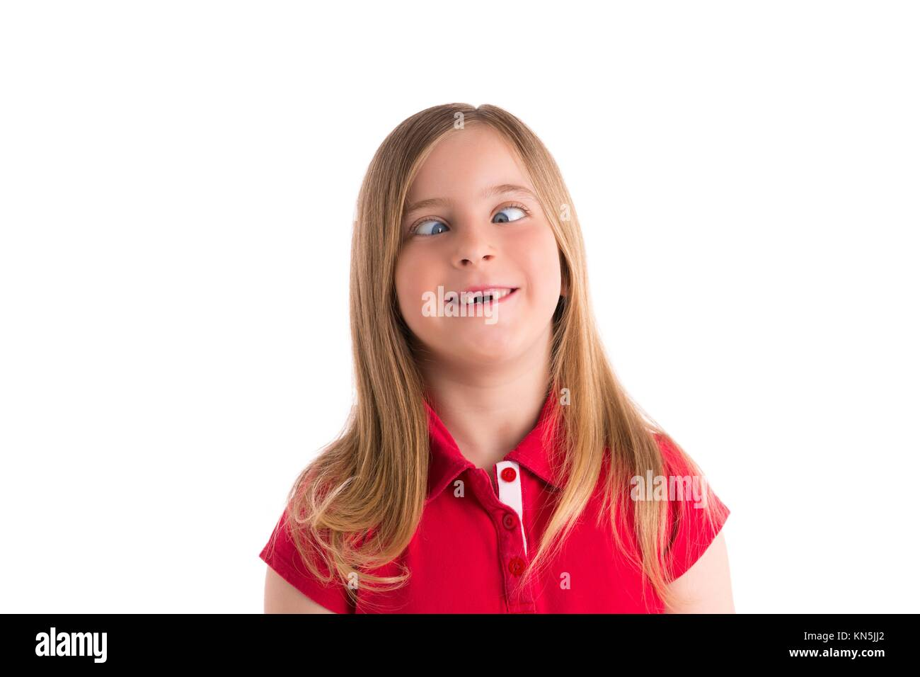 Occhi incrociati bionda ragazza di capretto espressione divertente gesto in uno sfondo bianco. Immagini Stock