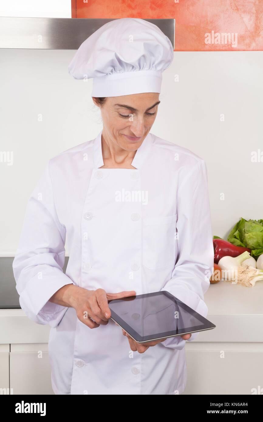 Ritratto di bruna felice chef donna con giacca professionale