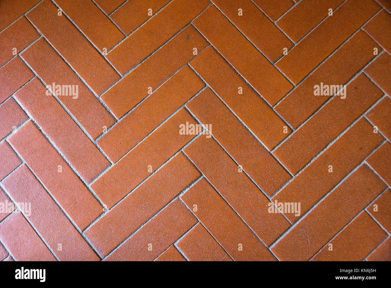 Dettaglio di un antico pavimento con piastrelle in terracotta per la