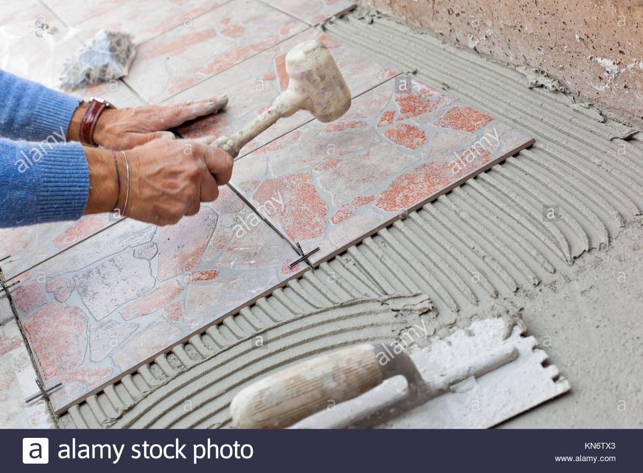 Installatore per lavorare con pavimento di piastrelle per giardino