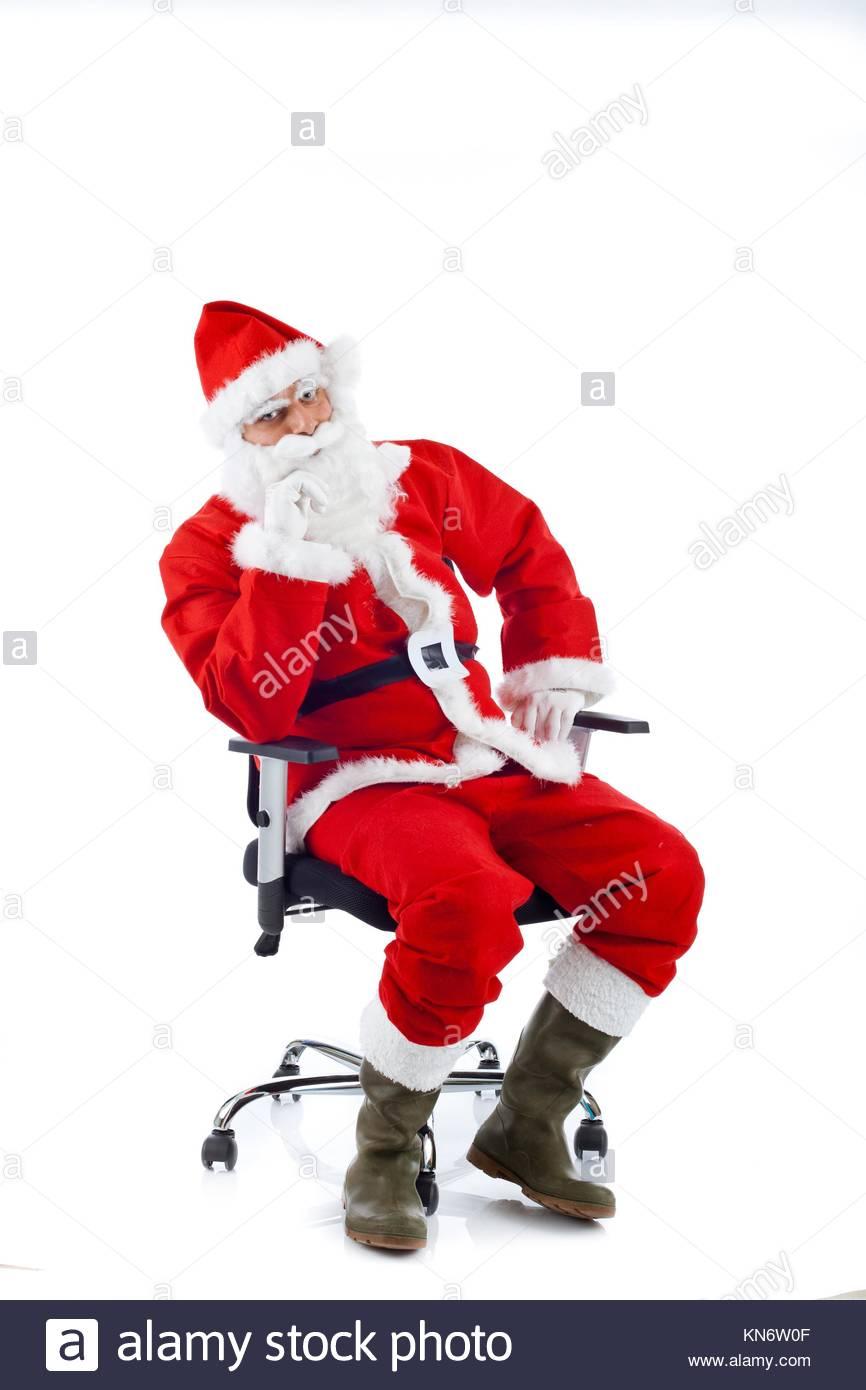 Giovani Babbo Natale Seduto Su Una Sedia Da Ufficio Su