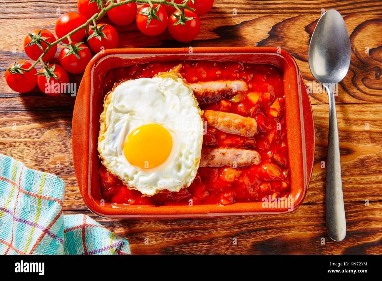 Tapas pisto con tomate ratatouille uova e salsicce provenienti dalla Spagna. Immagini Stock
