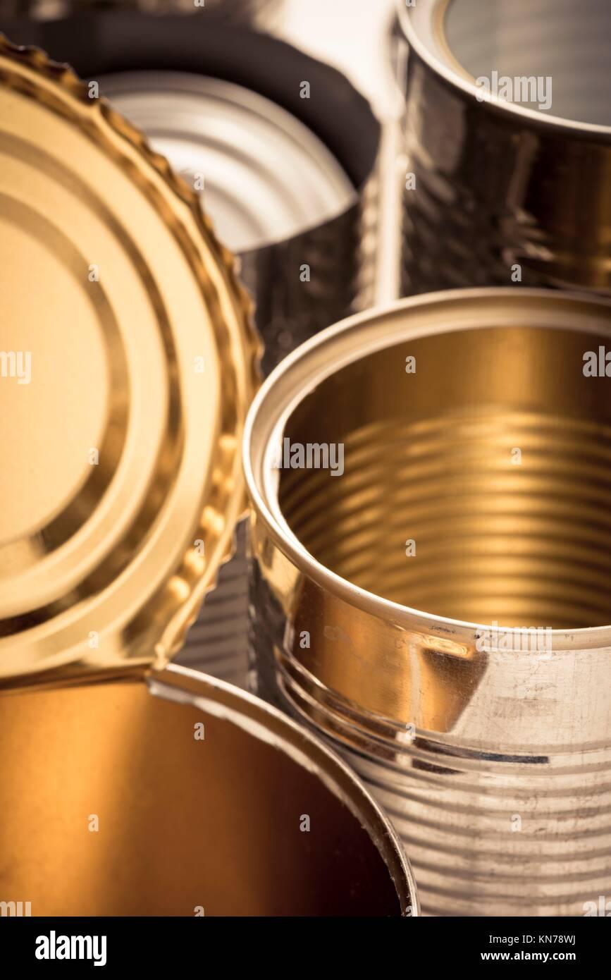 Primo piano di alluminio riciclato lattine. Immagine concettuale di riciclaggio, la tutela ambientale e il riutilizzo Immagini Stock