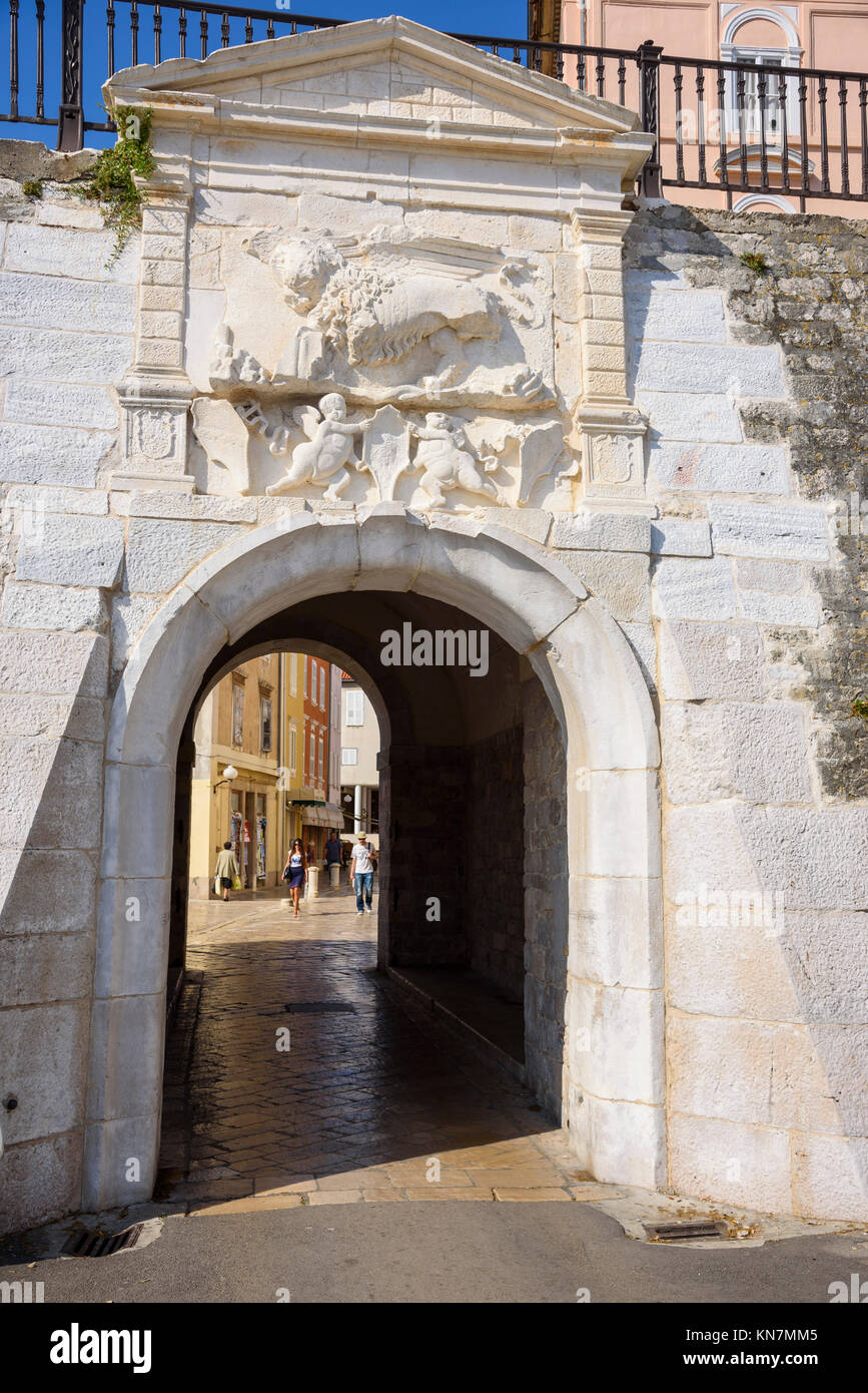 Porta nelle mura della città vecchia, Zadar, Croazia Immagini Stock