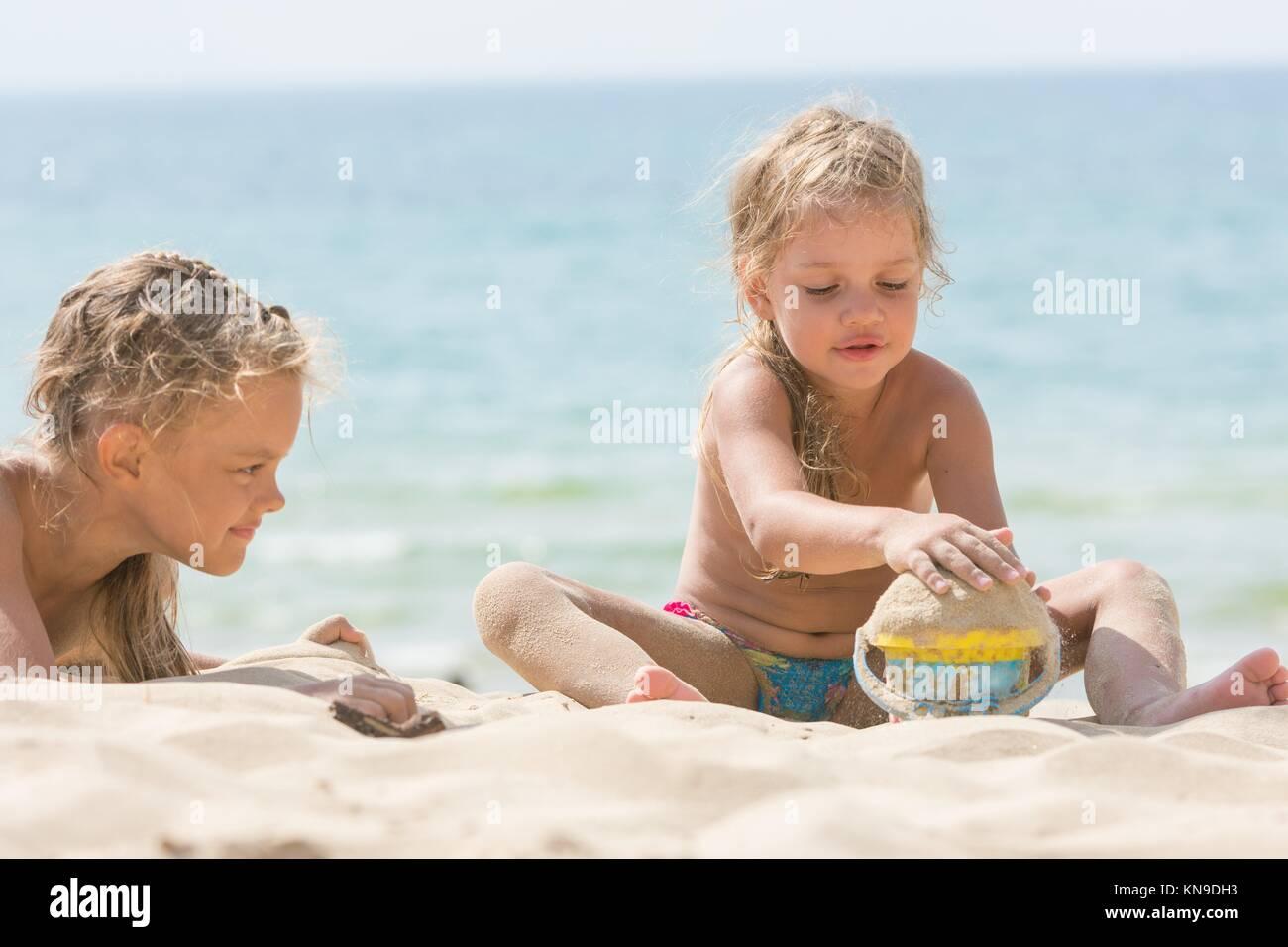 Due Ragazze Sulla Spiaggia In Una Giornata Di Sole Giocando Con La
