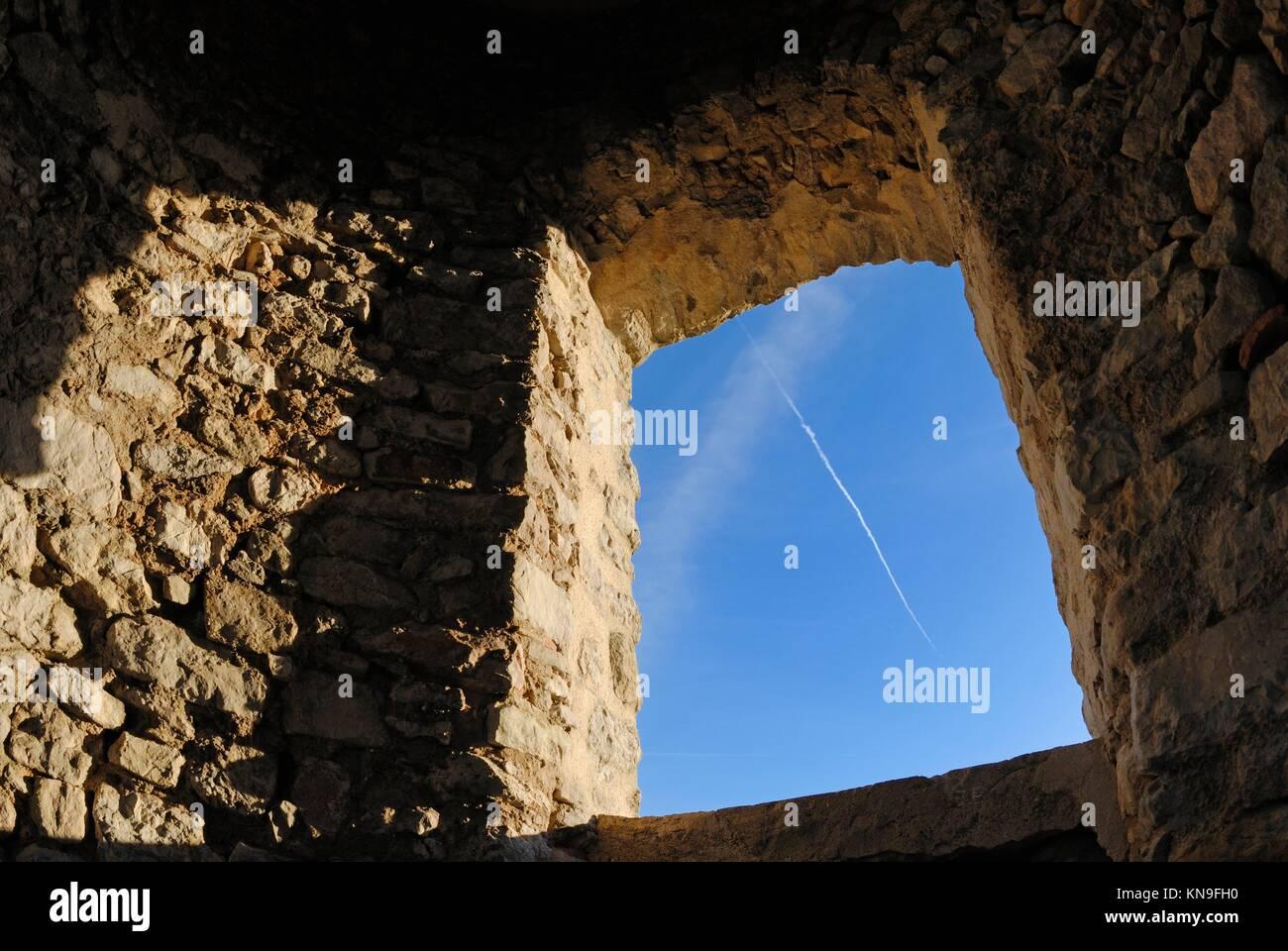 Il vecchio muro di pietra con finestra framing cielo blu, Allauch, Francia. Immagini Stock