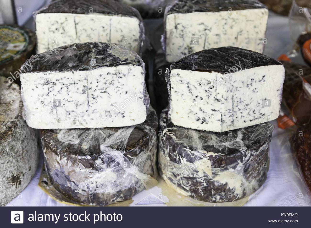 Formaggio blu in un mercato, il dettaglio di un vecchio formaggio su un post in un negozio di alimenti sani. Immagini Stock