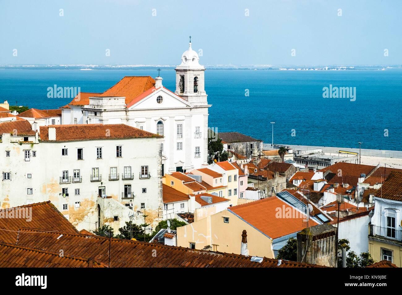 Panoramica del quartiere di Alfama e fiume Taugus Lisbona Portogallo. Immagini Stock