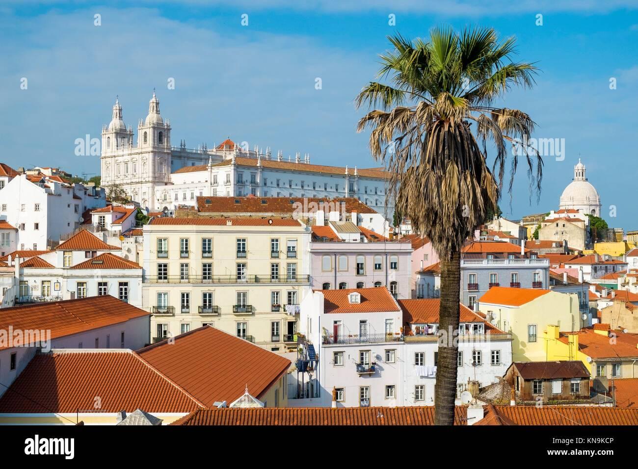 Panoramica del quartiere di Alfama a Lisbona Portogallo. Immagini Stock