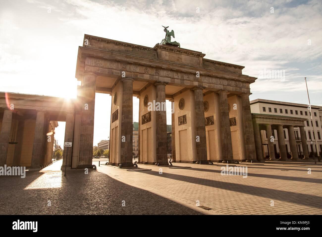 Brandenburger e dalla luce del sole a Berlino la mattina. Immagini Stock