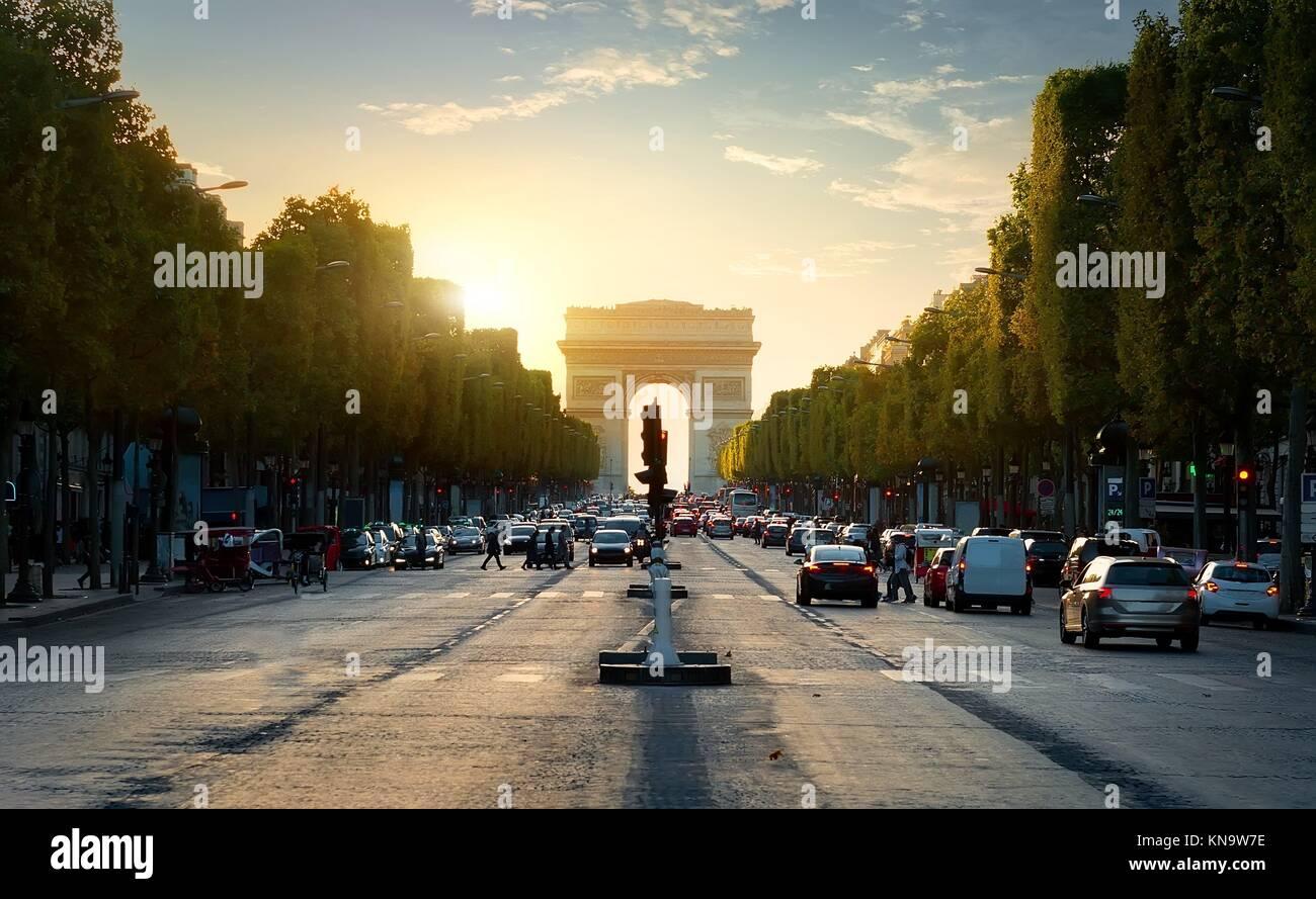 Strada dei Champs Elysee portando a Arc de Triomphe a Parigi, Francia. Immagini Stock