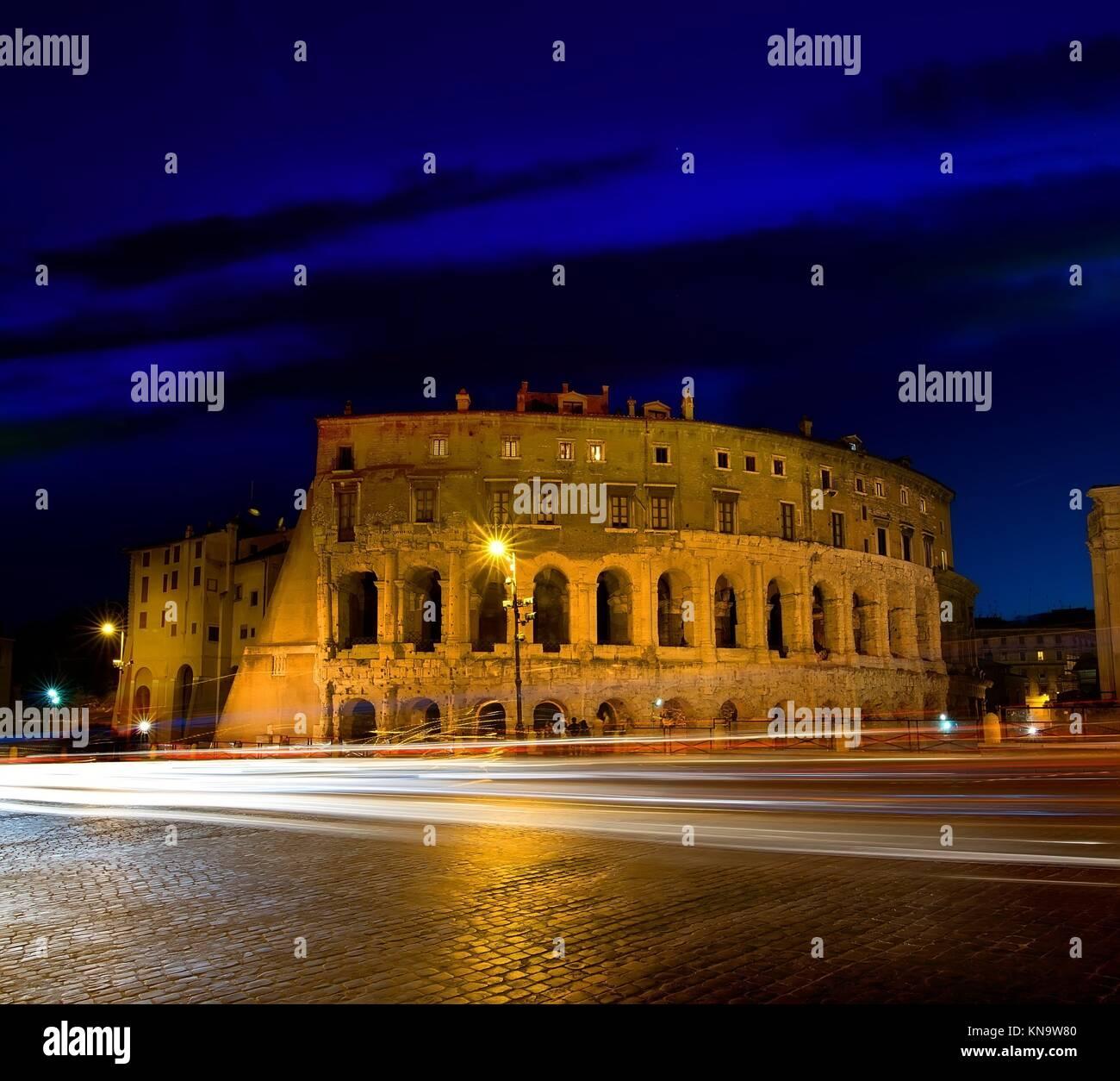 Maestoso Colosseo a Roma al crepuscolo, Italia. Immagini Stock
