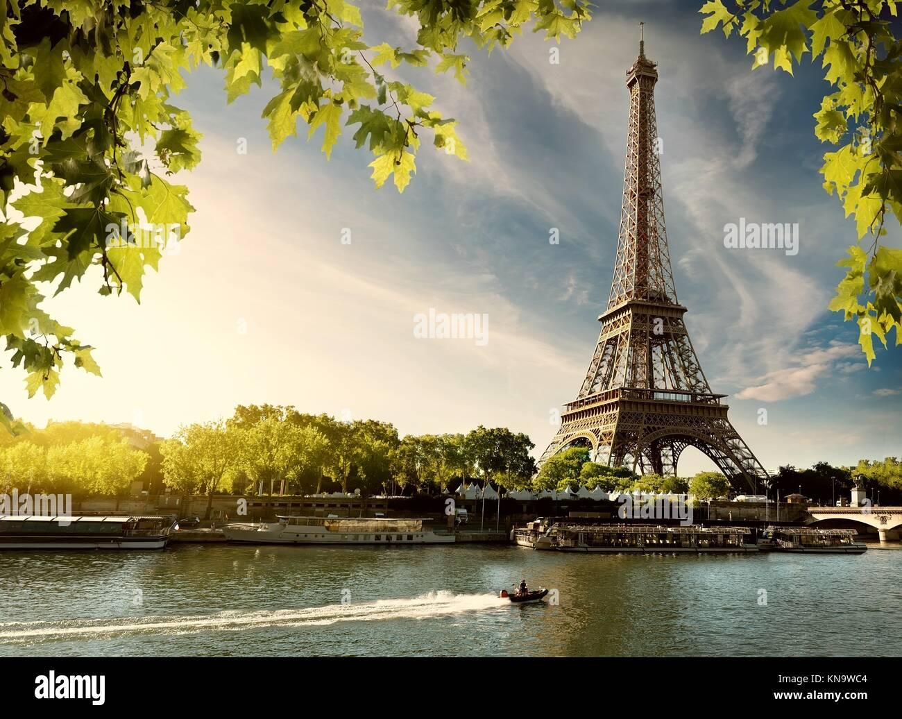 Tramonto su Parigi con la vista sulla Torre Eiffel e al fiume Senna, Francia. Immagini Stock