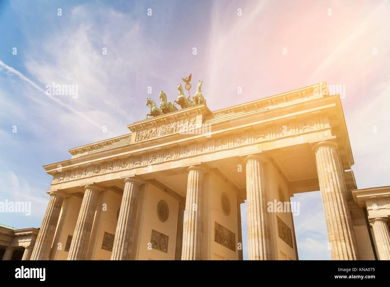 La Porta di Brandeburgo e dalla luce diretta dei raggi solari. Immagini Stock