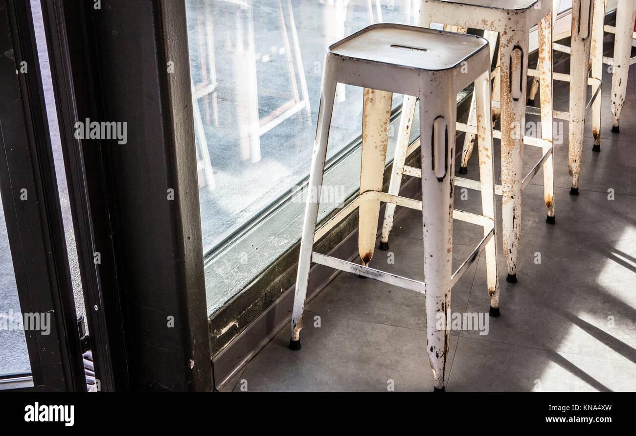 Barra di ottone sgabelli in vintage caffe foto immagine stock