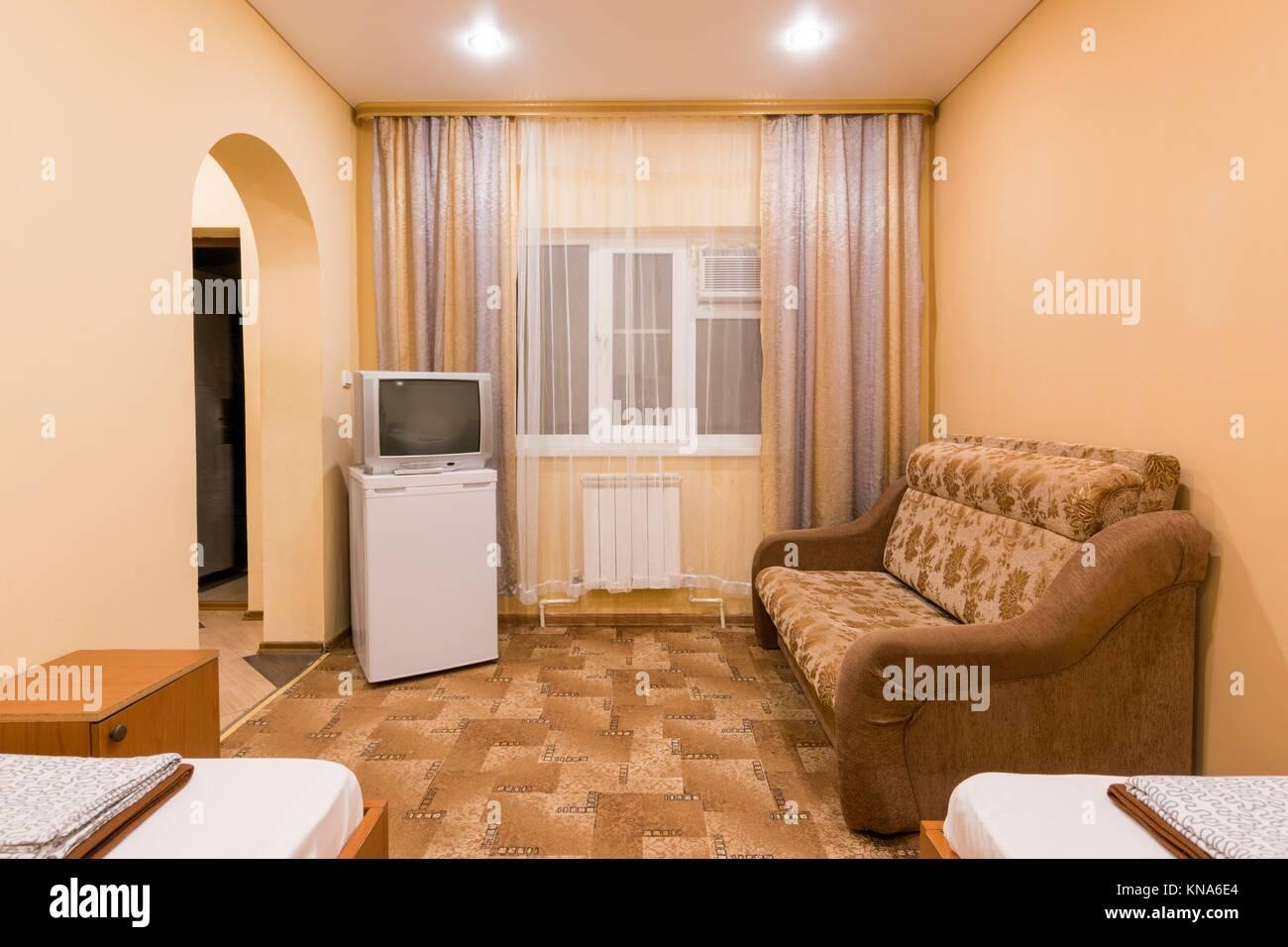 Camere Con Divano Letto : Linterno di una piccola camera con divano letto matrimoniale e due