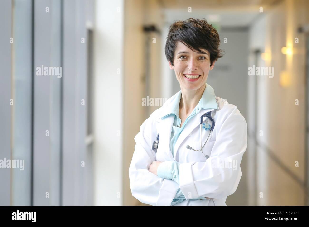Dottore in corridoio, ospedale Immagini Stock