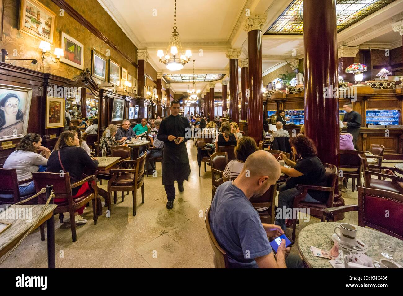 Nel Café Tortoni, 825 de la Avenida de Mayo, Buenos Aires, Argentina Immagini Stock