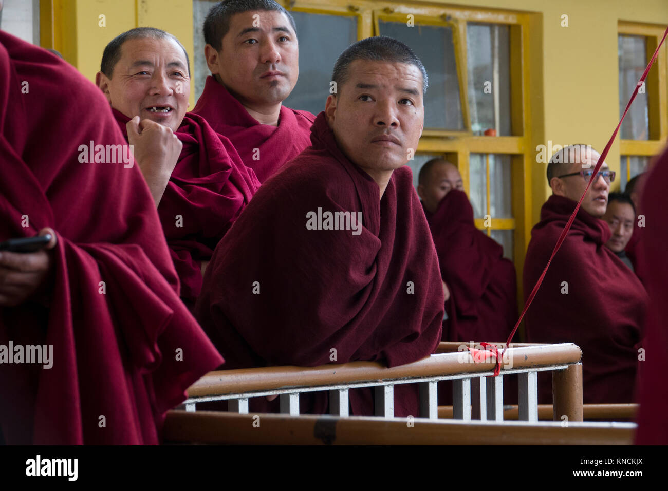 I monaci buddisti a Sua Santità il Dalai Lama tempio principale in McLeod Ganj, India Immagini Stock