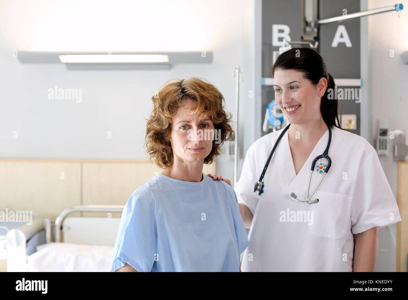 Paziente in stanza di ospedale frequentato da un medico, ospedale Immagini Stock