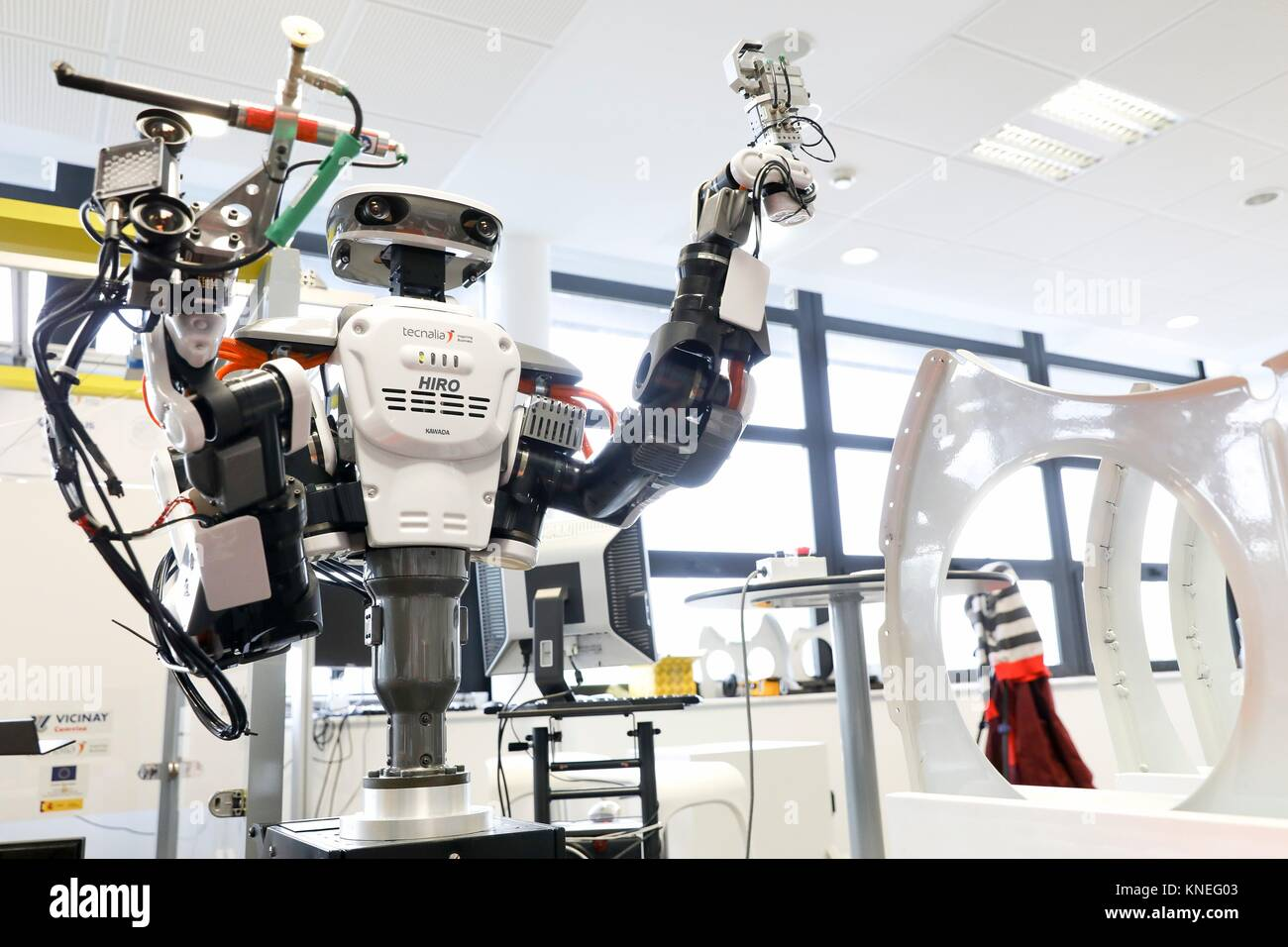 Robot con due bracci flessibili per robotica. Robot umanoide per automotive attività di assemblaggio in collaborazione Immagini Stock