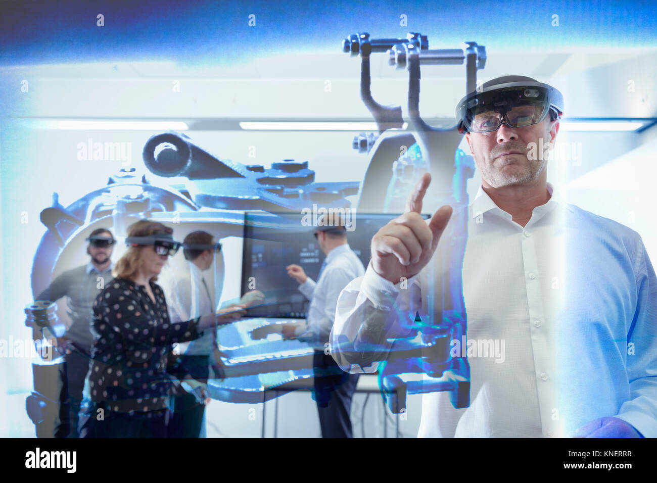 I tecnici che utilizzano sistema di realtà virtuale in railway engineering facility Foto Stock