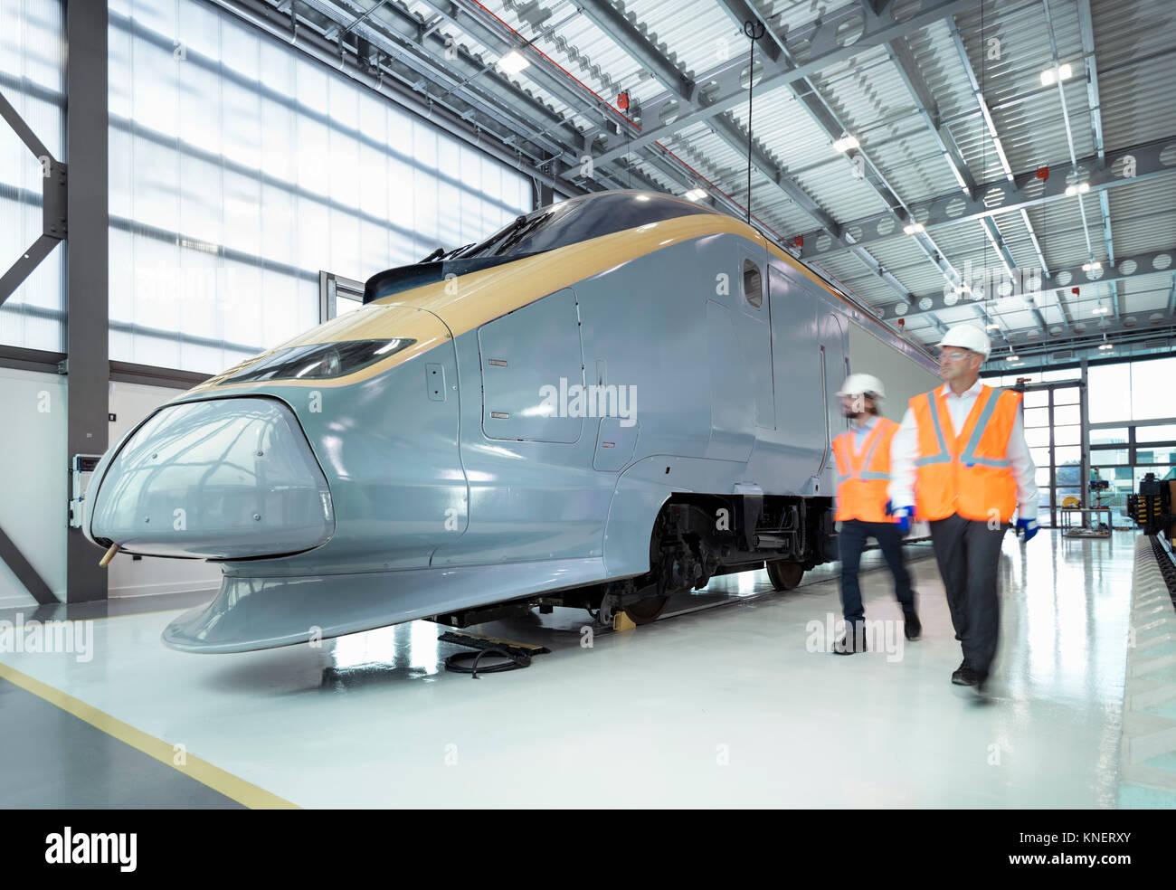 Gli ingegneri di locomotiva di ispezione in railway engineering facility Immagini Stock