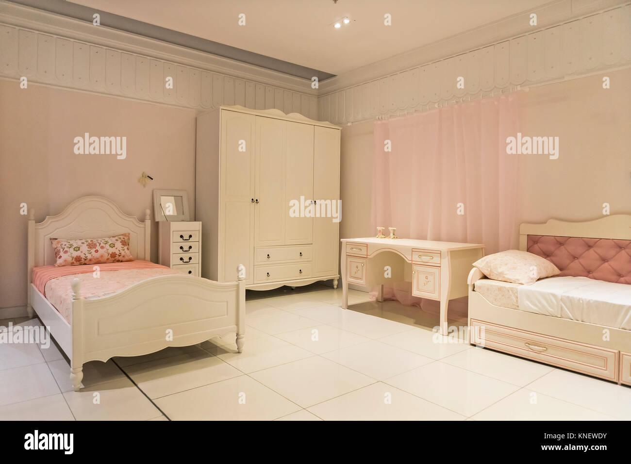 Moderni mobili per bambini in una spaziosa camera da letto ...