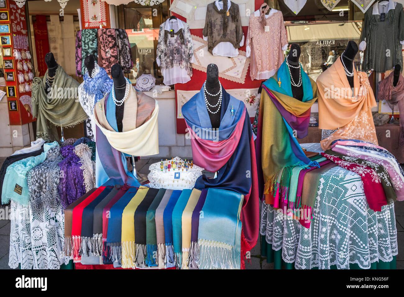 Un laccio shop display nel villaggio veneziano di Burano, Venezia, Italia, Europa. Immagini Stock