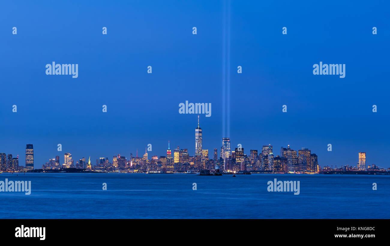 New York skyline della città con grattacieli e due fasci del tributo in luce. La parte inferiore di Manhattan, Immagini Stock
