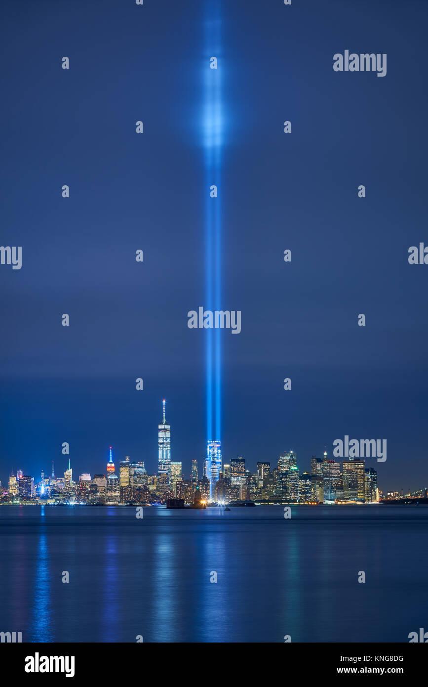 New York skyline della città con i grattacieli e i due fasci del tributo in luce. La parte inferiore di Manhattan, Immagini Stock