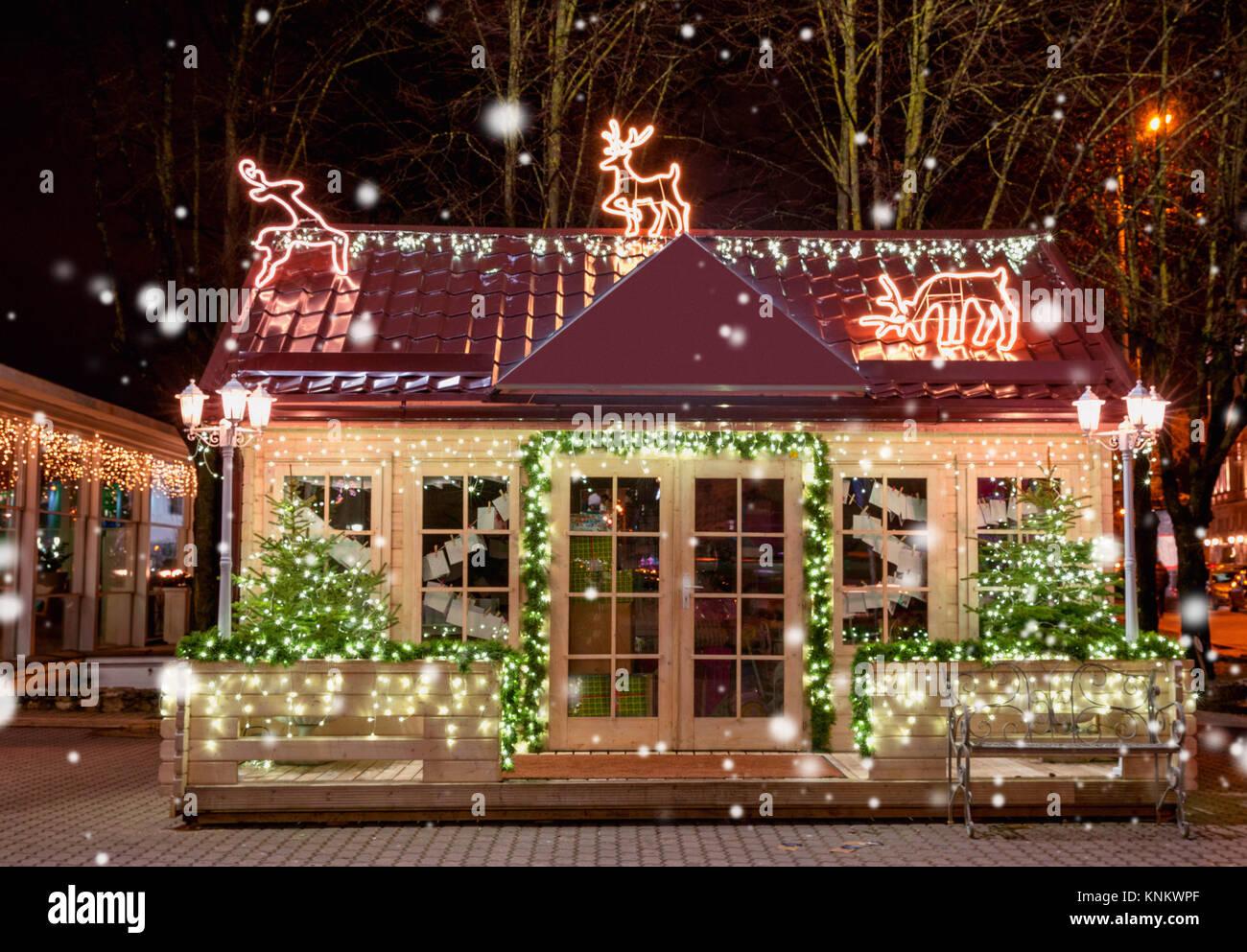 Decorazioni In Legno Per La Casa : Legno casa di piccole dimensioni con il nuovo anno decorazione
