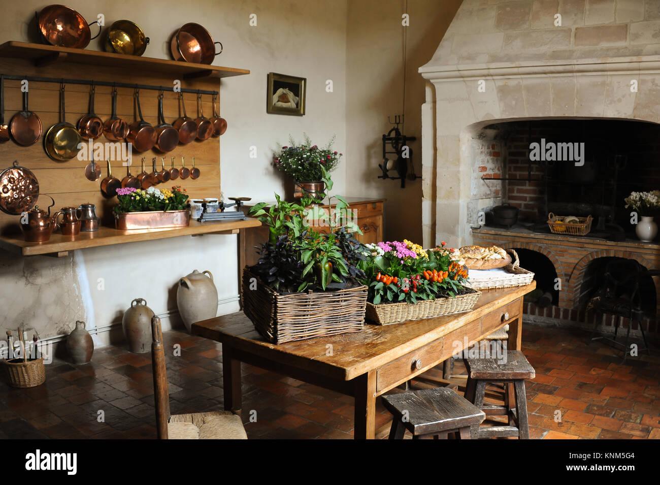 Antico borgo medievale cucina pentole in rame camino tavolo sedie ...