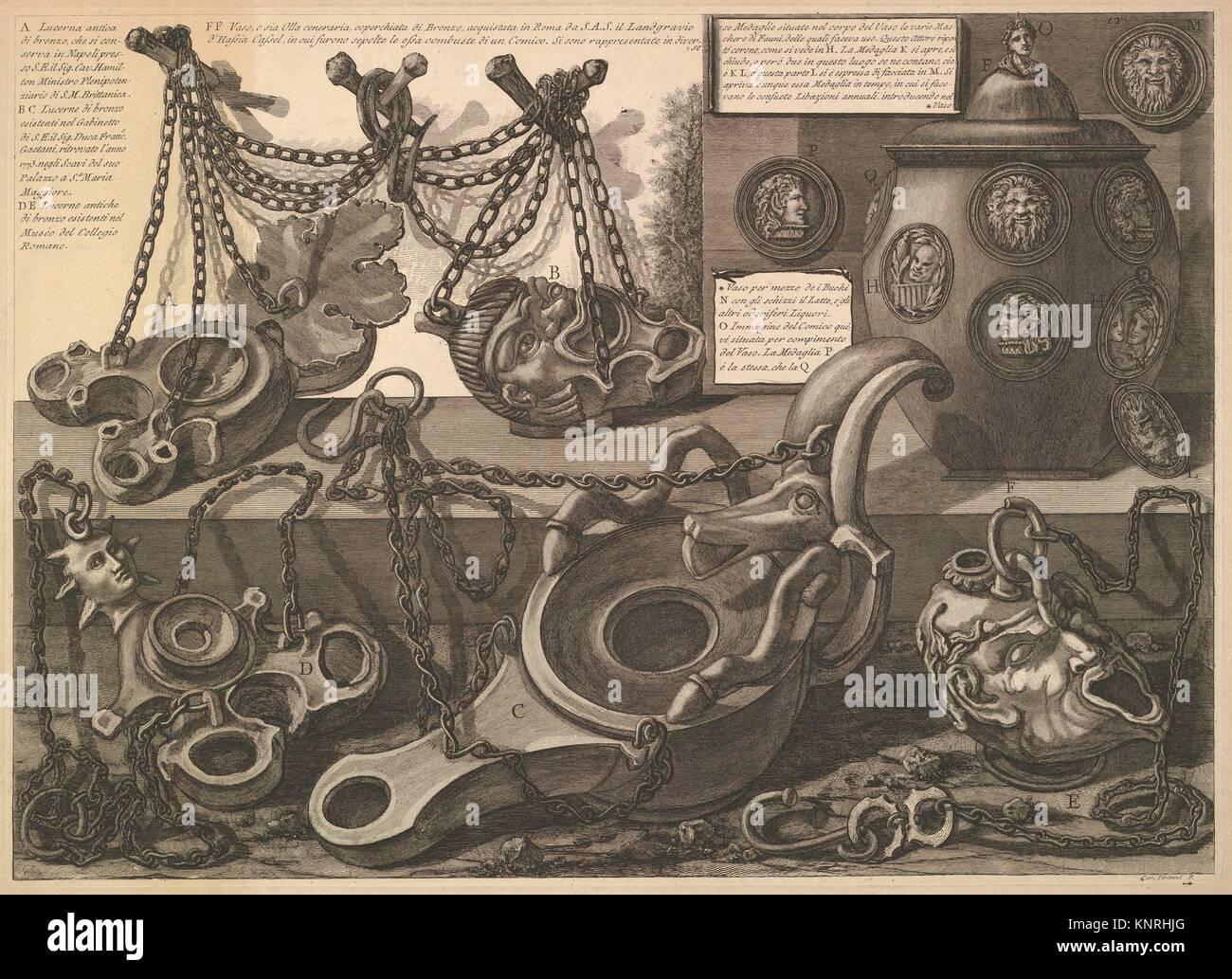 Varie lampade e un vaso encusted con cammei, da vasi, candelabri, cippi, sarcofagi, tripodi, Lucerna, ed ornamenti Immagini Stock