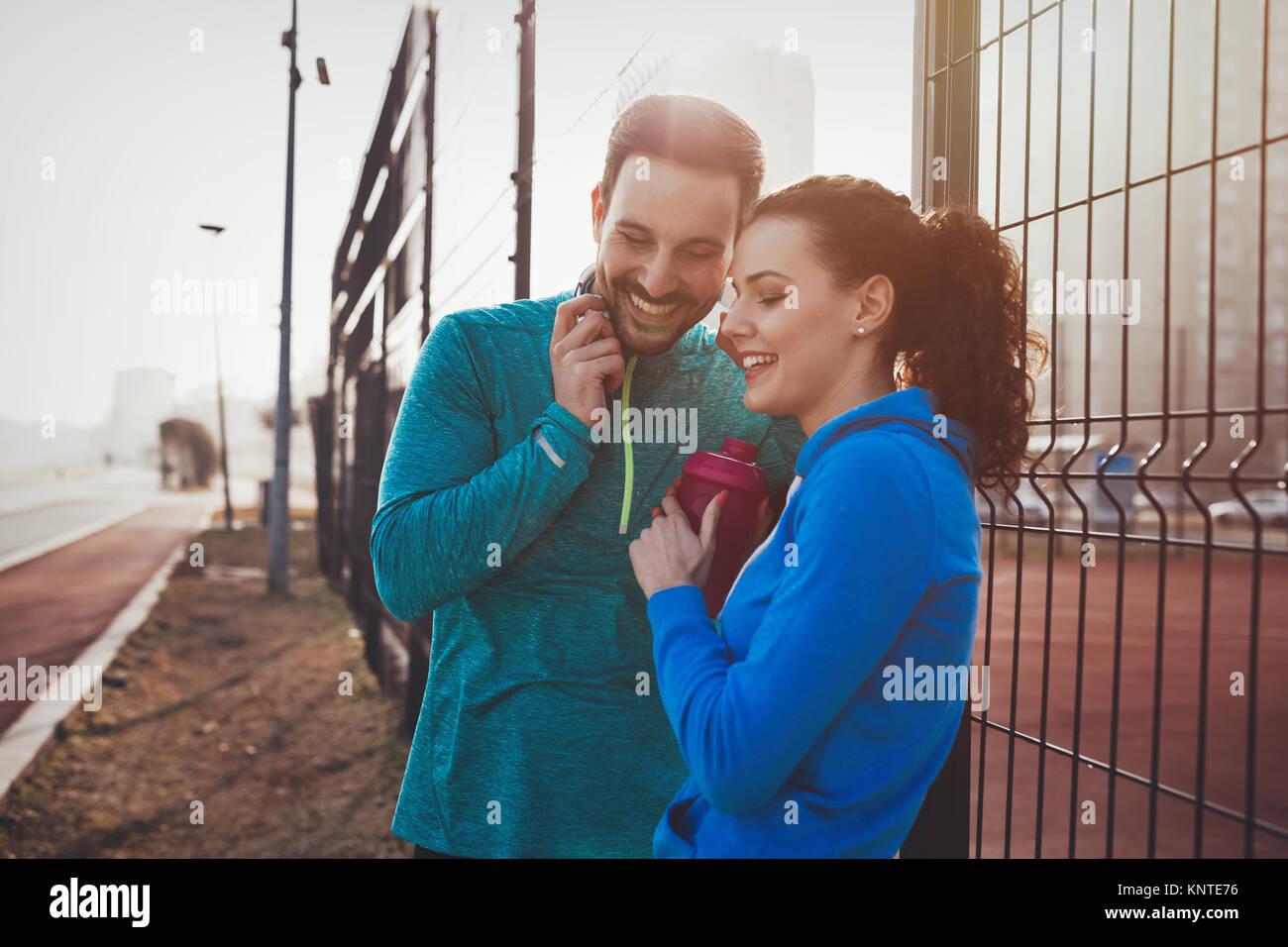 Sportivo e sportive flirtare outdoor dopo exercis fitness Foto Stock