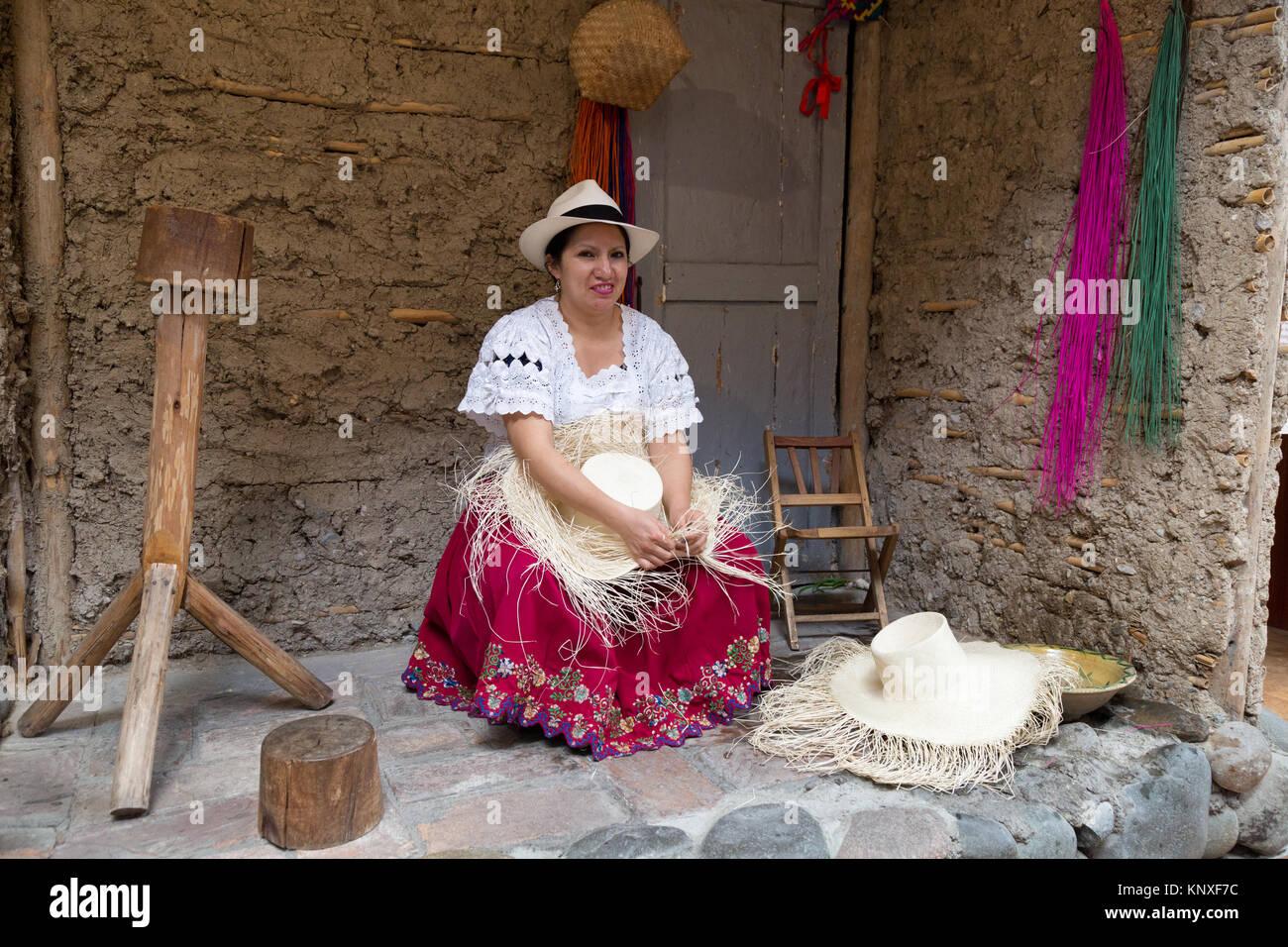 Panama cappelli - Cuenca Ecuador - Una donna ecuadoriana dimostrando la tessitura  tradizionale di un cappello di Panama 36e6958e5791