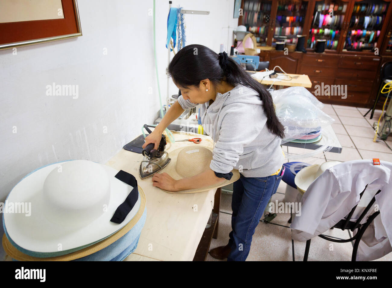 Making Panama Hat Ecuador Immagini   Making Panama Hat Ecuador Fotos ... 676fe902a1c9