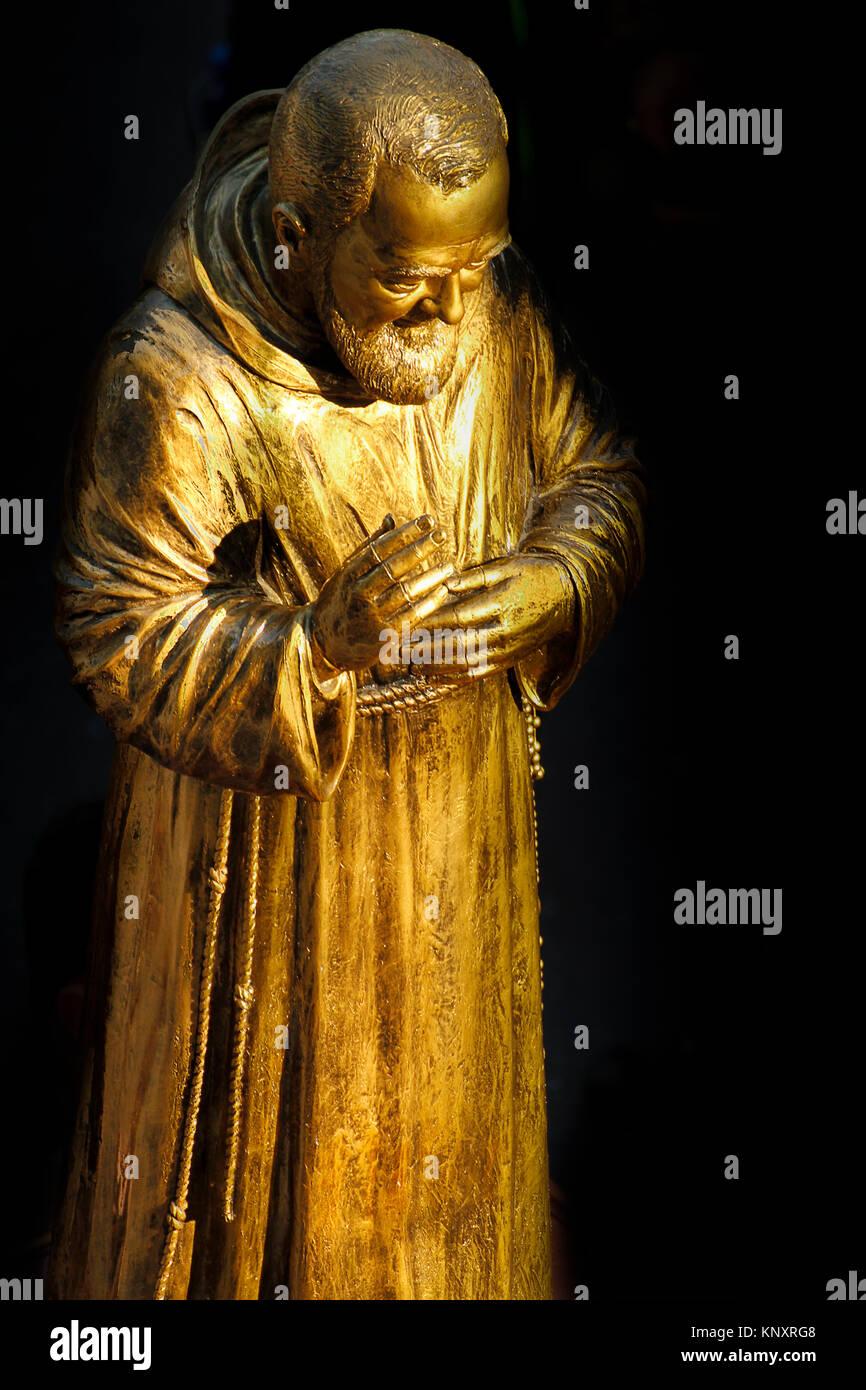 Una statua dorata del Santo Padre Pio da Pietrelcina. Immagini Stock