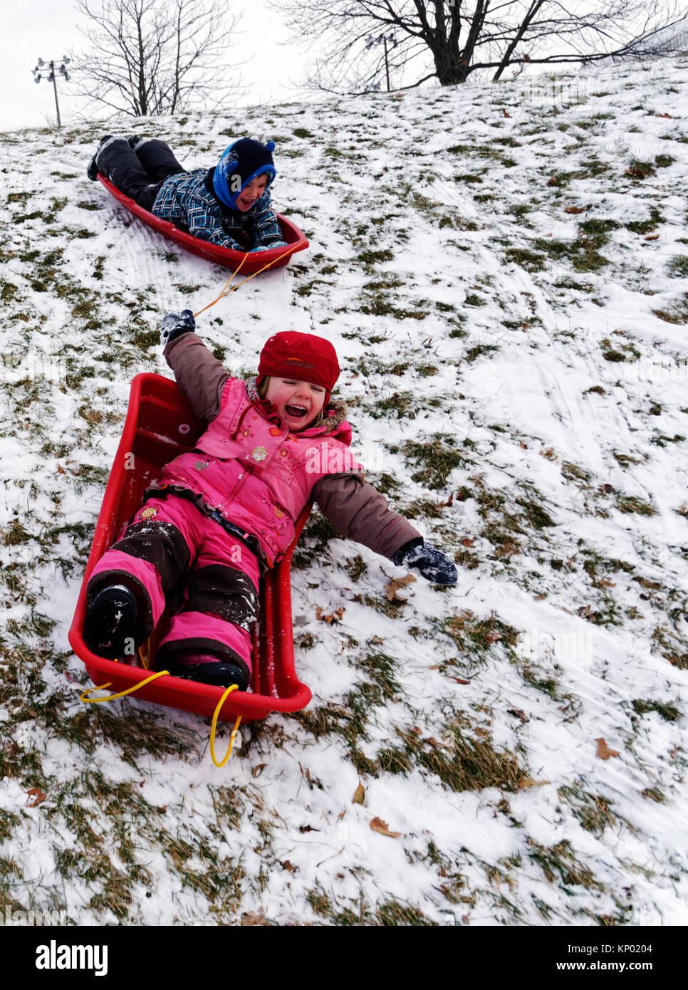Fratello e Sorella di 5 e 3 anni) slittino insieme nella città di Québec Foto Stock