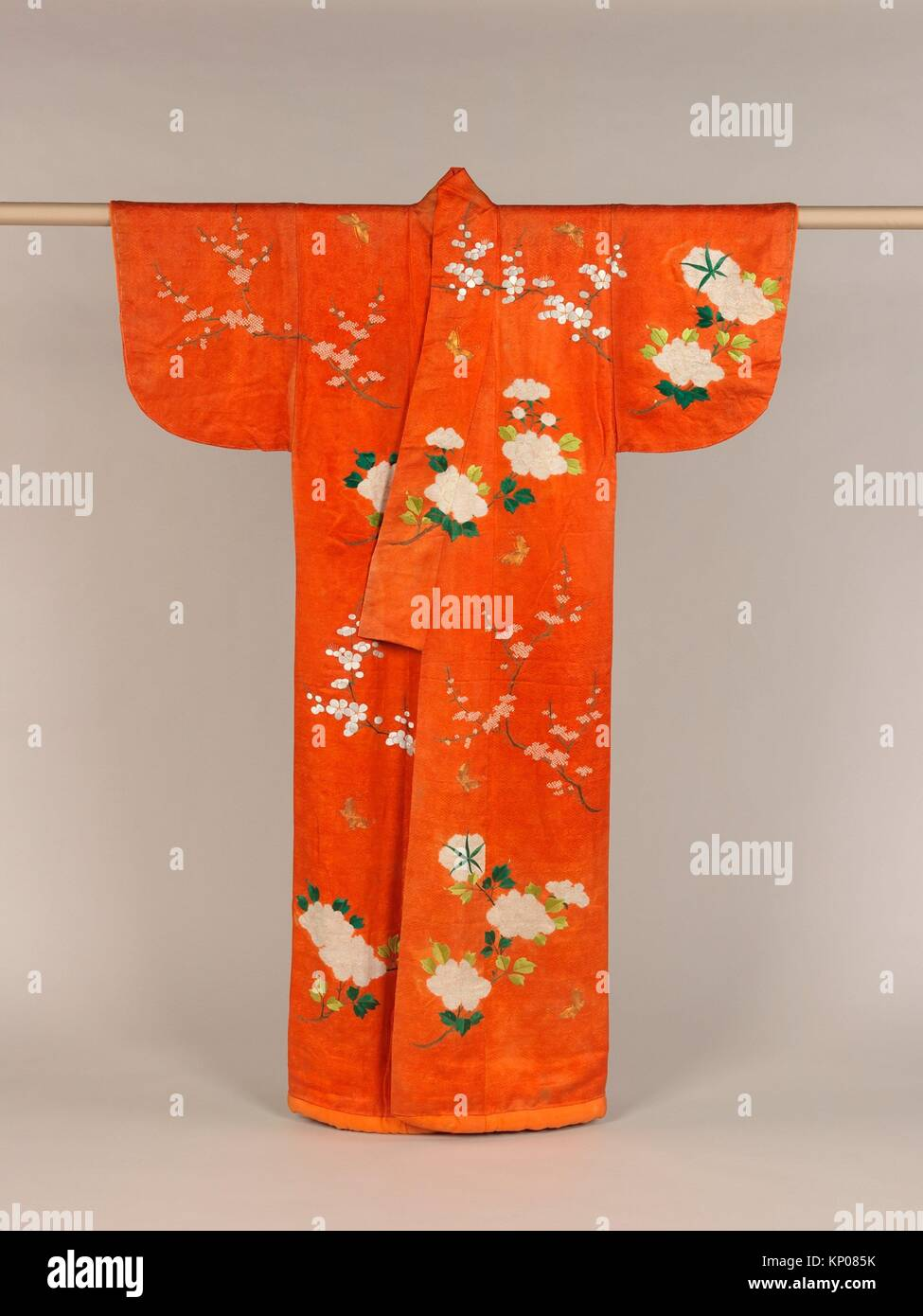 Overrobe con disegno di peonie, Fiori di susina e farfalle. Periodo: Periodo Edo (1615-1868); data: XVIII-XIX secolo; Immagini Stock